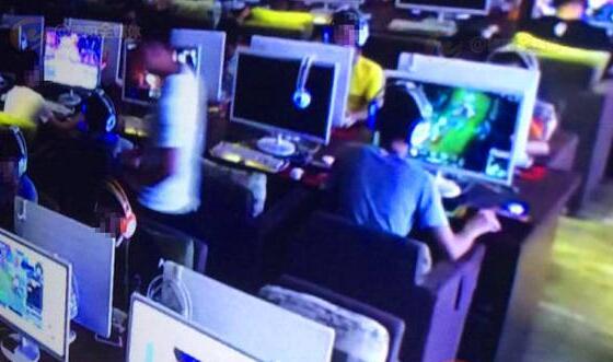 网吧打LOL遭遇陌生人蒙眼游戏 结果手机被盗